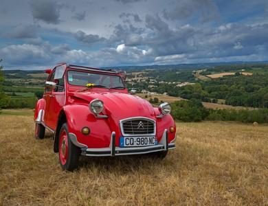 Citroen 2cv Rouge à Montolieu (Aude)