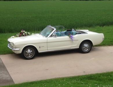 Ford Mustang Cabriolet (1ère Gen) à Jons (Rhône)