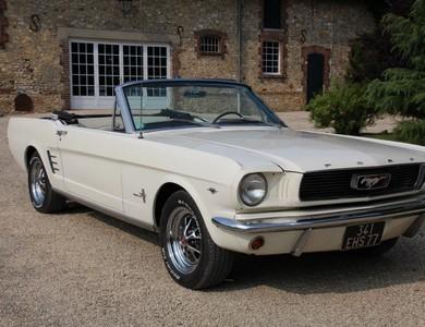 Ford Mustang Cabriolet (1ère Gen) à Paris (17ème arr.)