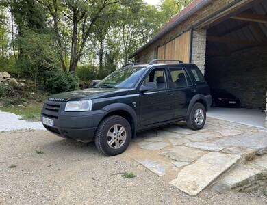 Land Rover Freelander à Vailhourles (Aveyron)