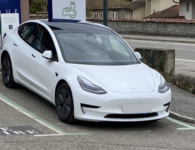 Tesla Model 3 à Saint-Ismier (Isère)