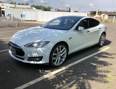 Tesla Model S 85 à Méré (Yvelines)