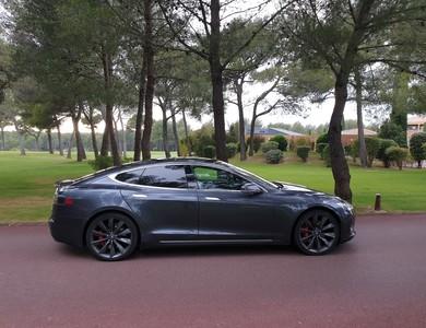 Tesla Model S P85d à Meyreuil (Bouches-du-Rhône)