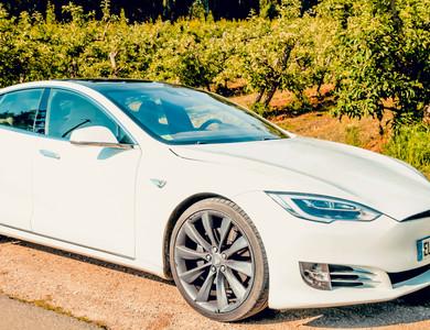 Tesla Model S P90d à L'Isle-sur-la-Sorgue (Vaucluse)