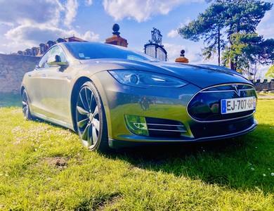 Tesla Model S85d à Clermont-Ferrand (Puy-de-Dôme)